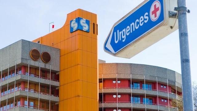 Das Spital Sitten mit dem Wegweiser «Urgences»