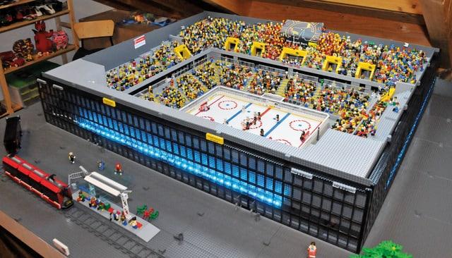 Gesamtansicht auf das aus Legosteinen gebaute Berner Eisstadion, vor dem Stadion wurde sogar die Tramhaltestelle errichtet.
