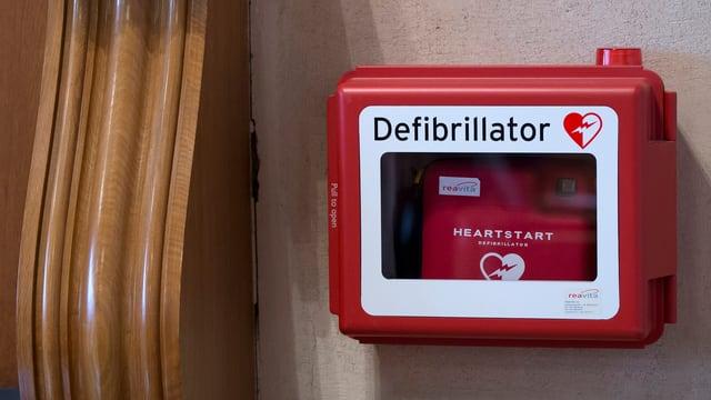 Ein Defibrillator an einer Wand