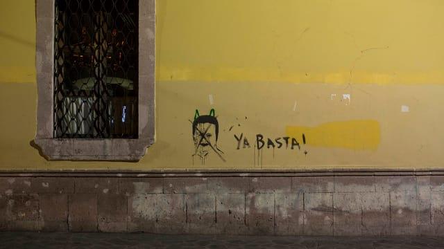«Genug!»-Graffiti auf Hauswand
