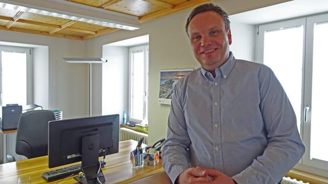 Der neu gewählte Urner Regierungsrat Roger Nager in seinem Büro in Andermatt.