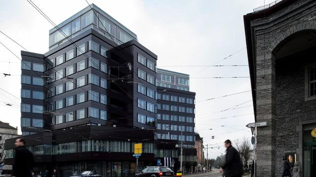 Grosses, schwarzes Glashaus, mehrstöckig mit vielen Fenstern.