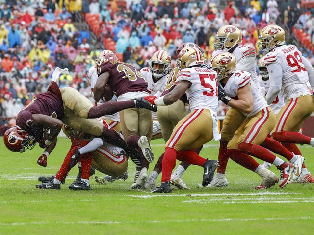 Die 49ers-Defense bringt Washingtons Smallwood zu Fall.