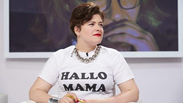 Eine Frau trägt ein weisses Shirt mit dem Schriftzug «Hallo Mama».