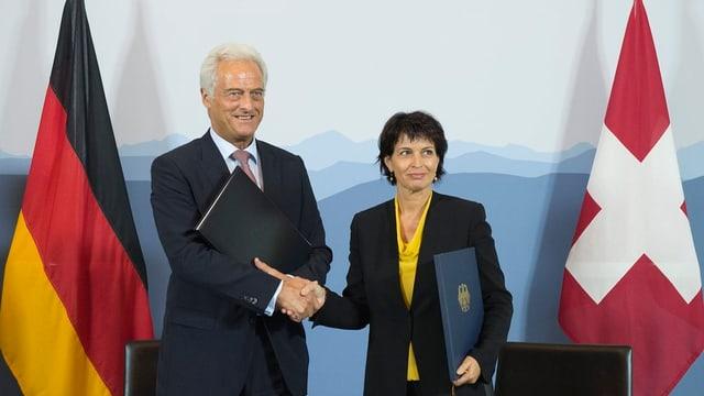 Der deutsche Verkehrsminister Peter Ramsauer und Bundesrätin Doris Leuthard geben sich die Hand.