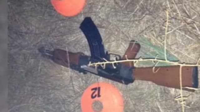 Das Spielzeug-Maschinengewehr des Teenagers.
