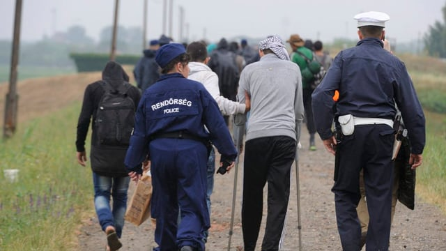 La polizia ungaraisa escortescha enavos fugitivs dal cunfin.