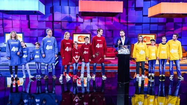 Drei vierköpfige Familien und Moderator Steven Gätjen im «4 geben alles!»-Studio