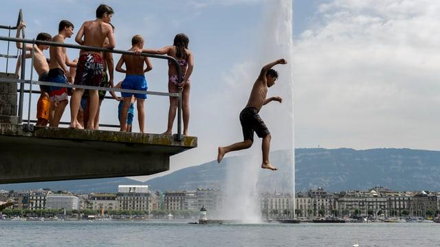 Badende in Genf vor dem Jet d'eau.