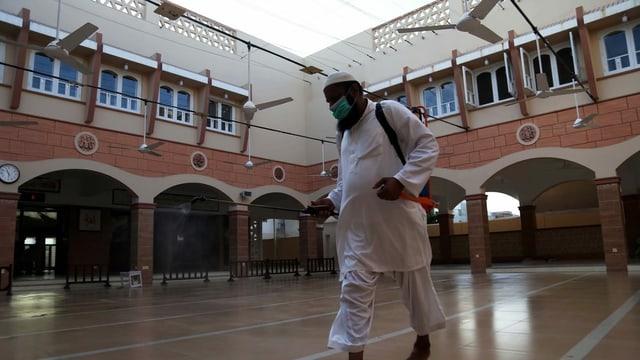 Mann in Moschee.