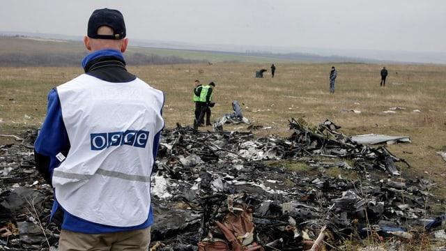 Holländische Experten und OSZE-Mitarbeiter bei der Inspektion der Absturzstelle vor wenigen Tagen.