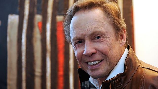 Sänger und Schauspieler Peter Kraus mit weissem Hemd und brauner Lederjacke.