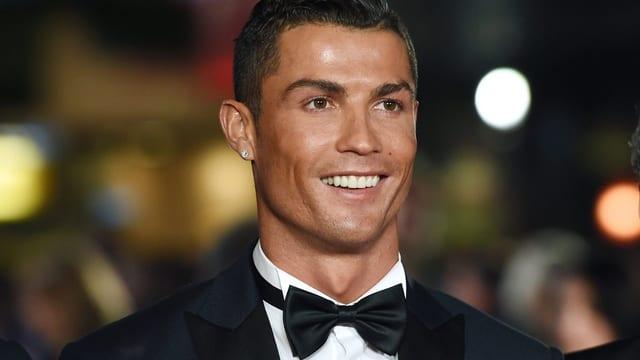 Cristiano Ronaldo mit Fliege und lachend