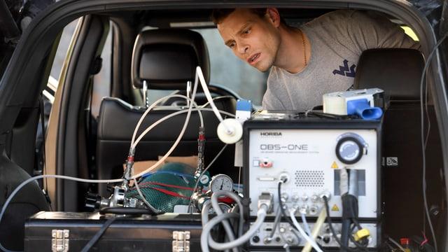 Marc Besch arbeitet im Innern eines Fahrzeugs.