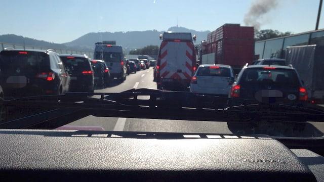 Blick aus einem Feuerwehrauto auf eine verstellte Autobahn.