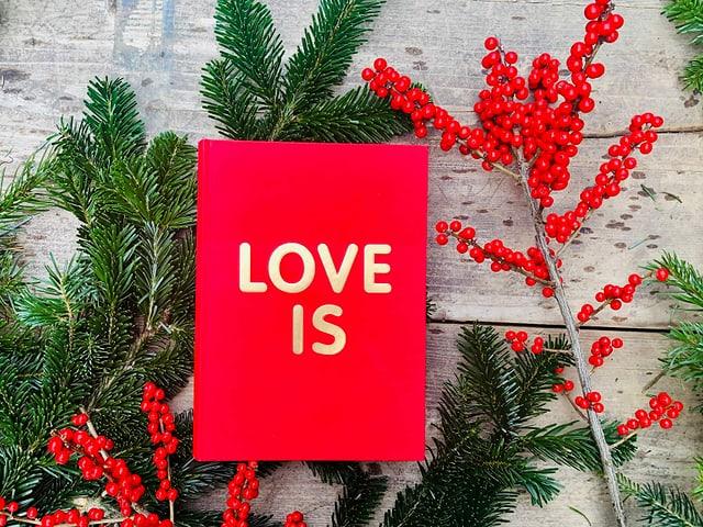 Der Almanach «Love is» von Chris & Roland Wittwer liegt auf einem Tisch mit Weihnachtsdekoration