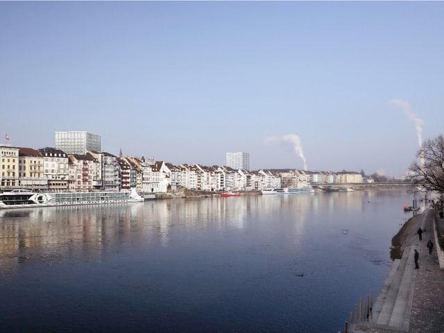 Linkes Rheinufer mit Klinikum von der Mittleren Brücke aus.