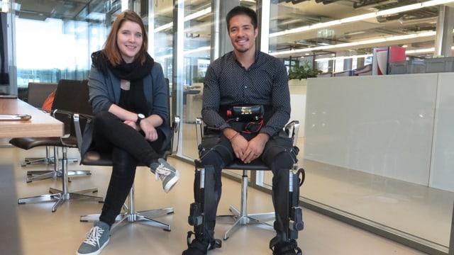 Junge Frau und und junger Mann sitzen auf eleganten Stühlen