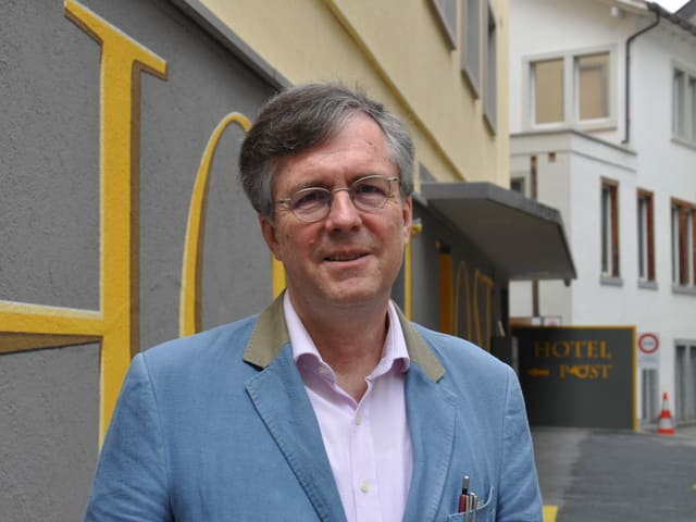 Helmut Gold maina dapi tschintg onns il Hotel Post a Cuira. Uss sa dosta el avant dretgira cunter sia assicuranza.