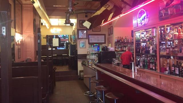 Blick in die Rio Bar mit Tresen und Spiegeln an der Decke