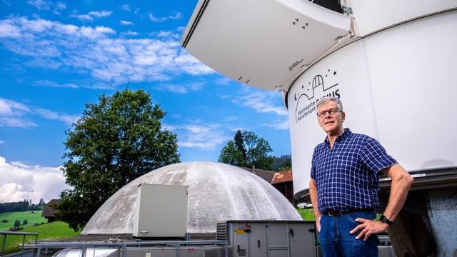 Daniel Schweizer avant la cupla cun il telescop da reflexiun.