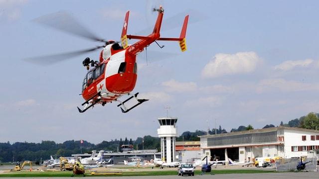 Der Rega-Helikopter im Anflug auf den Flughafen Bern-Belp.