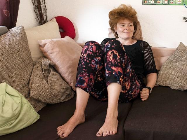 Melanie Zimmermann sitzt auf Sofa