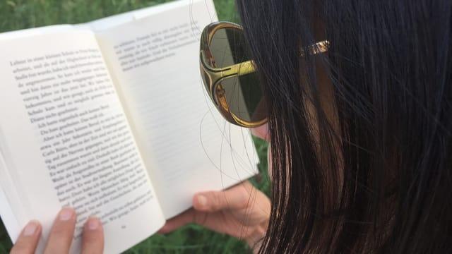 Annette König liest im Buch «Unsere Seelen bei Nacht» von Kent Haruf