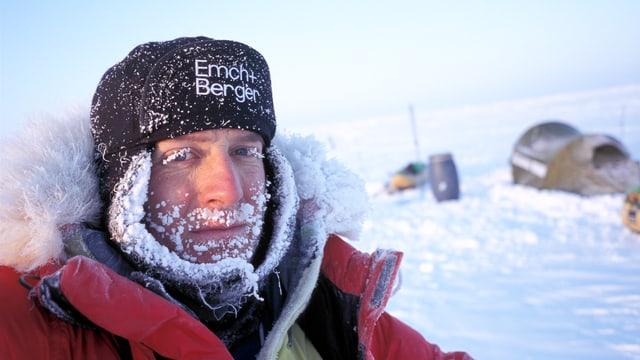 Mann mit eingefrorenem Bart