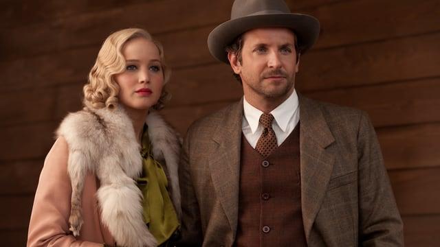 Lawrence und Cooper in 20er-Jahre-Kleidung.