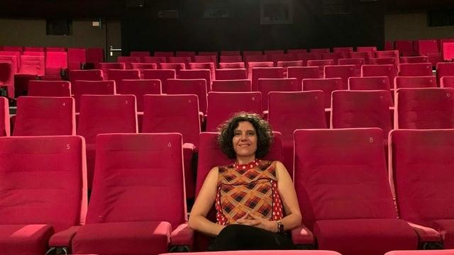 Die Kino-Betreiberin Edna Epelbaum im grossen Saal des Kino Rex in Biel
