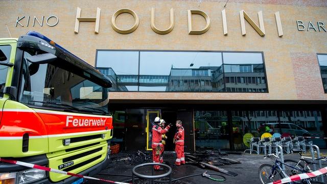Feuerwehrmänner im Einsatz vor dem Kino Houdini in der Kalkbreite