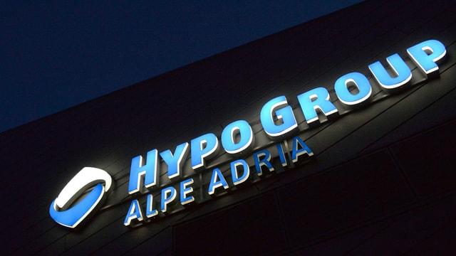 Ein Gebäude mit der leuchtenden Aufschrift «Hypo Group Alpe Adria».