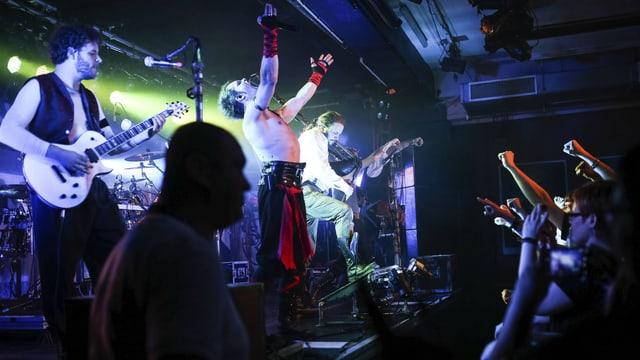 Eine Band spielt vor Publikum