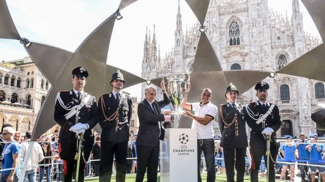 Präsentation der Champions-League-Trophäe vor dem Mailänder Dom.