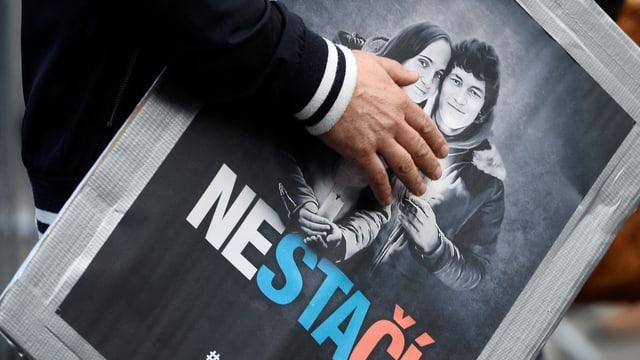 Plakat mit schwarz-weiss-Bild von Kuciak und seiner Verlobten.