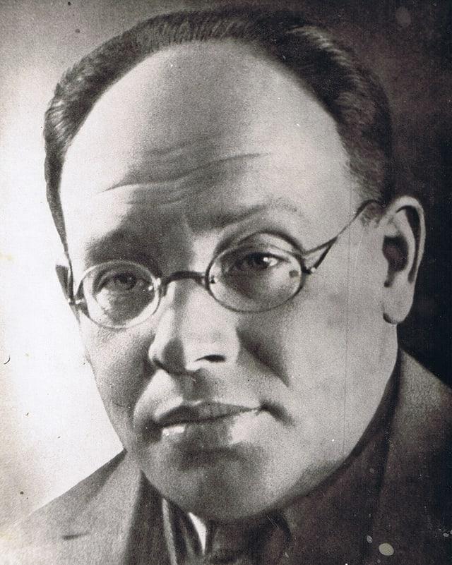 Mann mit Brille und kurzen Haaren.