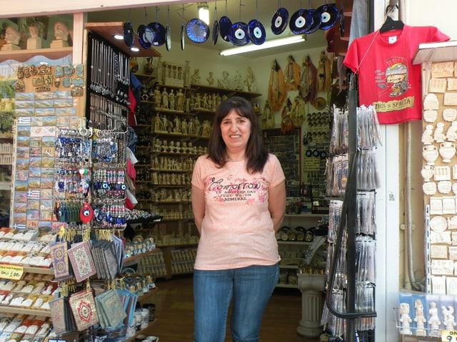 Vassiliki vor ihrem Laden in Athen.
