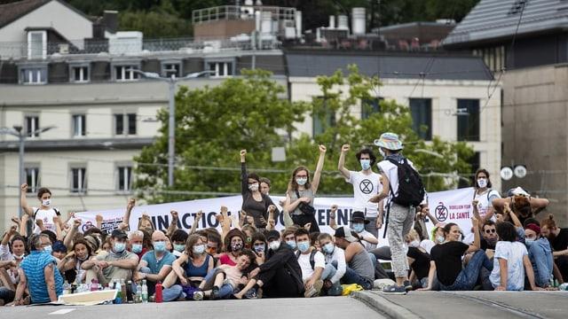 Ils demonstrants èn sesids giun plaun e la polizia ha stuì purtar davent in suenter l'auter.