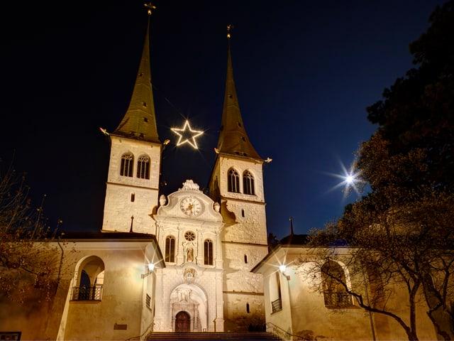 Die neu beleuchtete Hofkirche in Luzern.