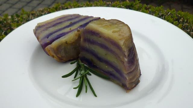 Blaue Tarte Tatin mit Trüffelcrème