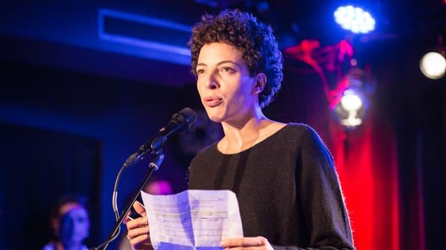 Aiana Gennai mit Blatt auf Bühne im Gegenlicht