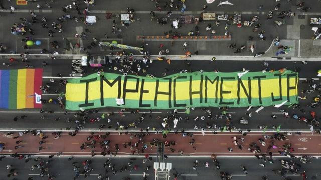 Mit einem riesigen Transparent wird ein Amtsenthebungsverfahren für Jair Bolsonaro gefordert.