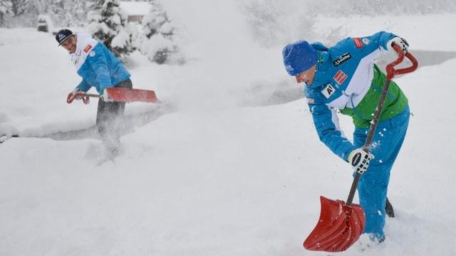 Pistenarbeiten schaufeln Schnee.