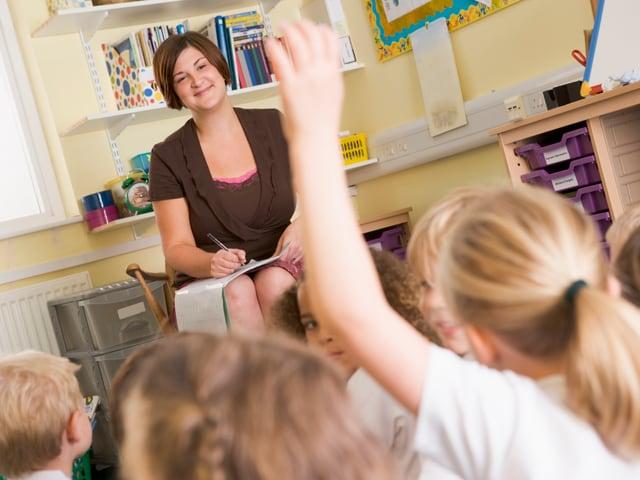 Lehrerin vor Klasse.