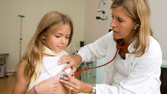 Kind wird von Ärtzin untersucht