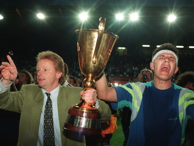 Trainer Rolf Fringer und Stürmer Petar Aleksandrov feiern den Titel.