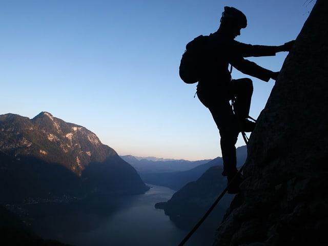 Ein Kletterer an einem Berg.