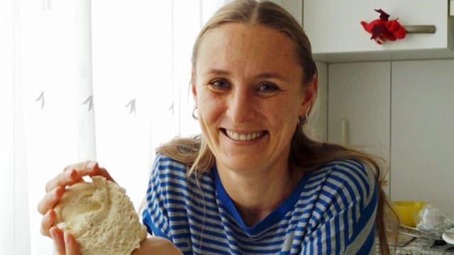 Svetlana Munderich cun la pasta per Hatschapuri a l'Agaria