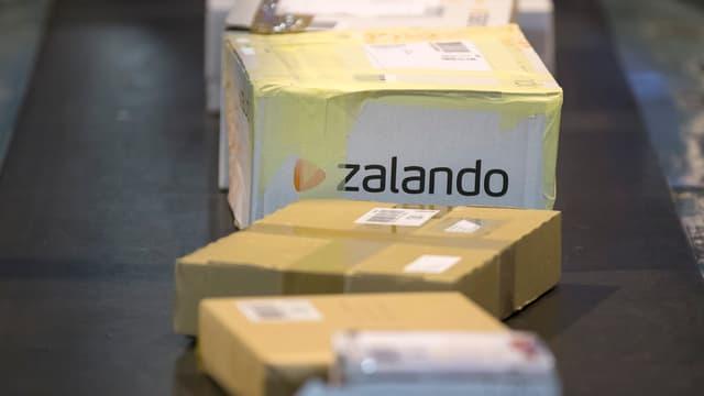 Ein Zalando-Paket auf einem Förderband der Post.